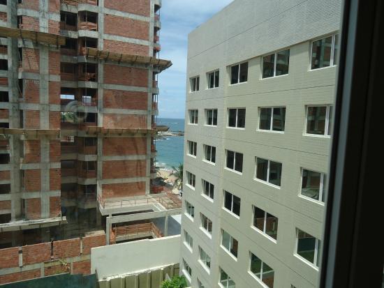 Ibis Salvador Rio Vermelho : A construção ao lado