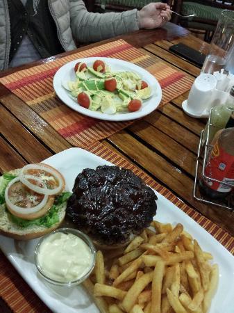 Buffalo Grill & Bistro: Jumbo burger + insalata di uova e avocado