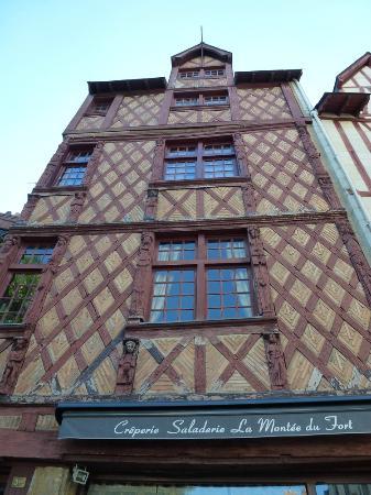 Chateau Musee De Saumur: Maison Bois Et Pierres Place Saint Pierre à Saumur