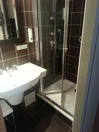 Hôtel Louison : clean bathroom