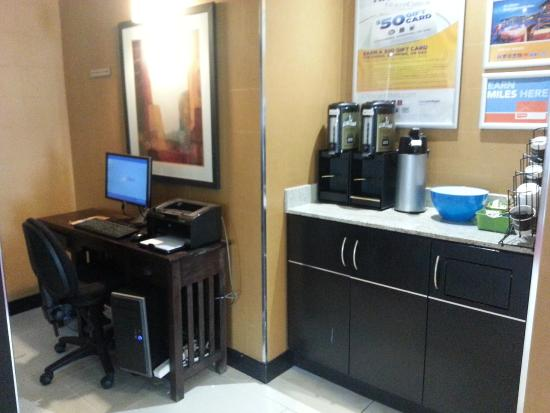 Comfort Hotel Downtown: Business centre and complimentary coffee