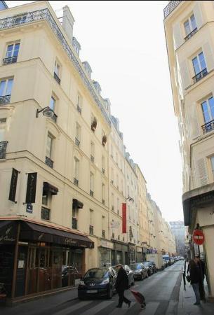 Front view of Hotel de Londres Eiffel
