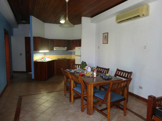 Ecoplaya Beach Resort: Kitchen/dining area in room