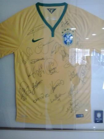 Athos Hotel: Camisa da seleção assinada pelos jogadores... Será que algum dormiu no quarto em que estava? :)