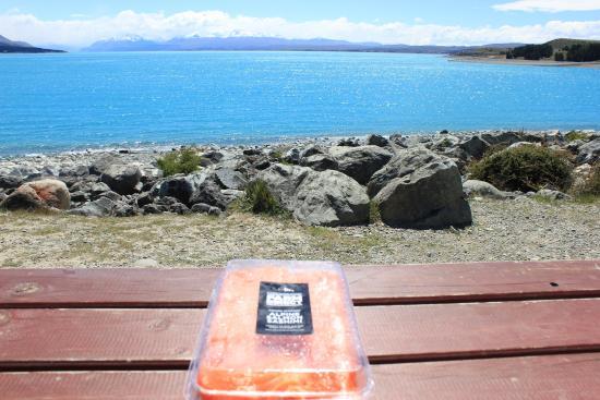 Mt. Cook Alpine Salmon Shop : サーモンと湖