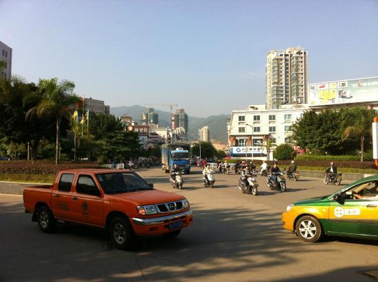 Fu'an, China: ホテルのエントランスから見た道路