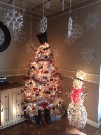 Maggie Valley Inn and Conference Center: Lobby decorations.
