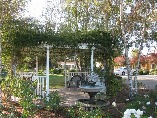 Meadowlark Inn: Center courtyard 1