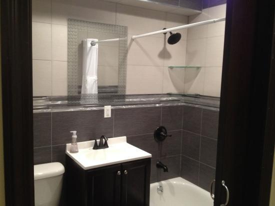 Brooklyn Suites: Luxury bathroom at Apt 1 at 13 Saint Felix Street