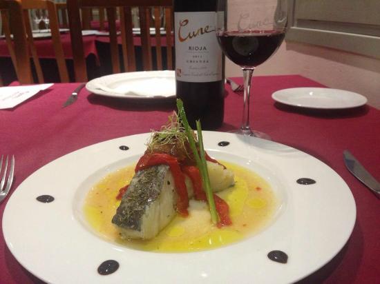 Góngora Restaurante: Bacalao confitado al aroma de romero asadillo y cebolla caramelizada al vinagre de jerez