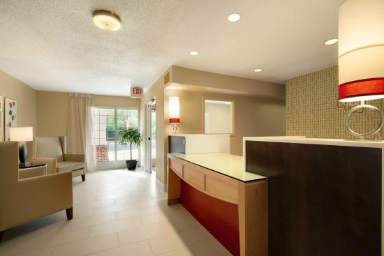 Hawthorn Suites by Wyndham Omaha/old Mill: Lobby