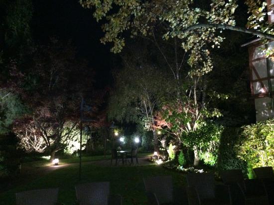 Le Parc Hotel Restaurant & Spa: Jardim 2 à noite