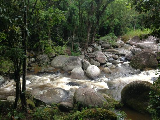 Mystica Eco Chales & Pousada: rio que passa dentro da propriedade