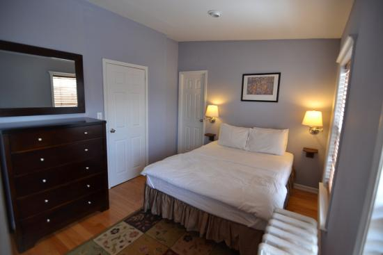 Brooklyn Suites: Master bedroom with queen size bed in Top Suite at 464 Classon Ave