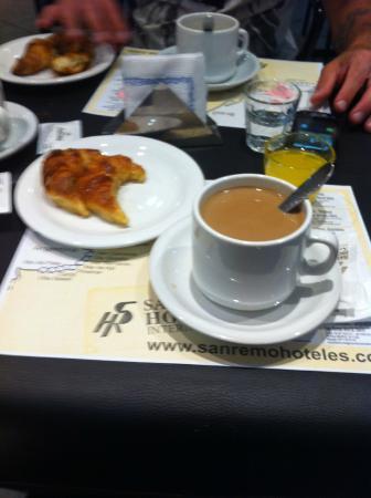 San Remo Grand Hotel: desayuno, media lunas, cafe con leche y jugo