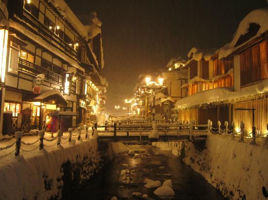 Kosekiya Annex: 冬の温泉街 寒くても温かみのある日本の風景