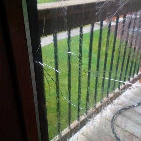 Fairmont Mountainside Vacation Villas: Taped up broken window