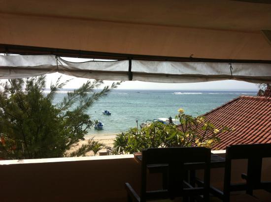 Segara Beach Inn: What a view, day or night!