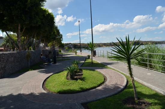 Laguna de Yuriria: Malecón. Muy bien cuidado y agradable a la vista.