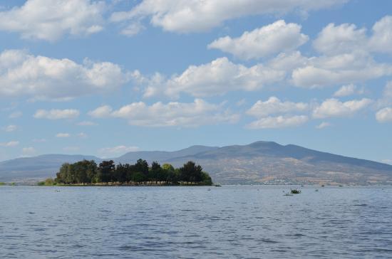 Laguna de Yuriria: Un islote en medio del lago.