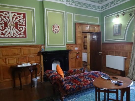 WelcomHeritage Fernhills Royale Palace: fireplace