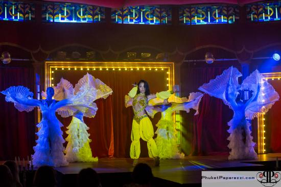 Palazzo Threatre & Restaurant: beautiful costumes and song