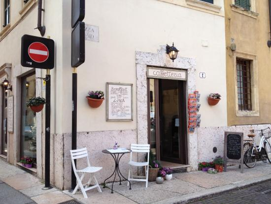 Caffe E Parole: Вход в кафе