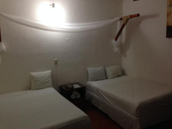 Hotel Azul: Simple room with mosquito nets, AC doesn't work!