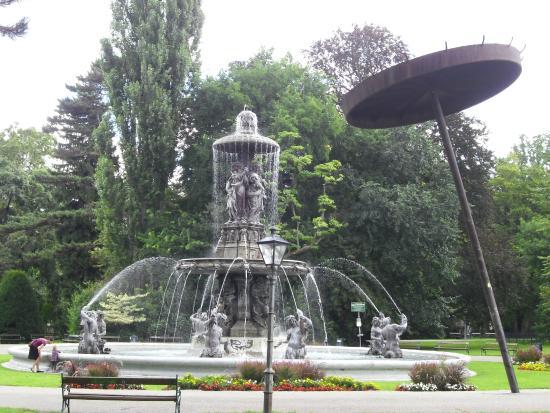 Stadtpark: fontana nel parco