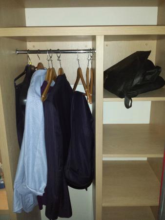 Travelodge Barton Mills: Wardrobe