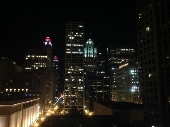Courtyard Chicago Downtown/River North: Vista noturna do quarto