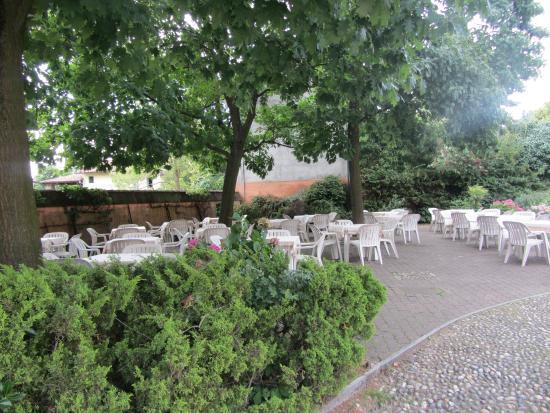 Morimondo, Italia: Giardino esterno