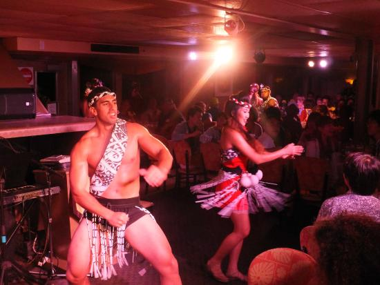 Star of Honolulu - Dinner and Whale Watch Cruises: danse au repas