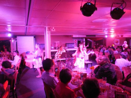 Star of Honolulu - Dinner and Whale Watch Cruises: danse polynesienne