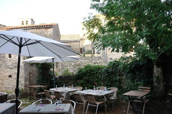Terrasse c t jardin picture of l 39 auberge du chat perche for Auberge du jardin