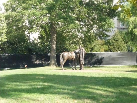 President Lincoln's Cottage: Il parco con le statue di Lincoln e del cavallo