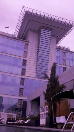 Helipuerto y hotel desde la piscina fotograf a de w for Piscina hotel w santiago