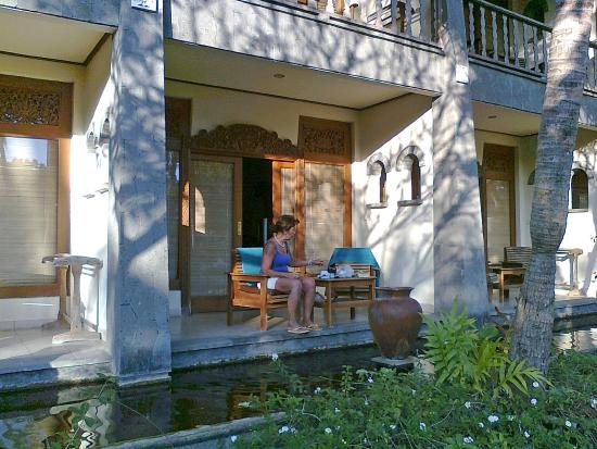 Nirwana Seaside Cottages : terras deluxe kamer