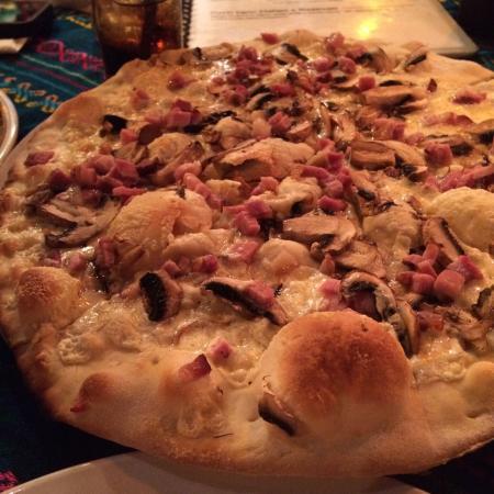 Don Muchos : Pizza Toscana, pizza blanca, sino te gusta o eres alérgico a la salsa de tomate esta es la opció