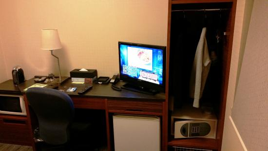 Tokyu Stay Suidobashi: Desk and Clothes Rack