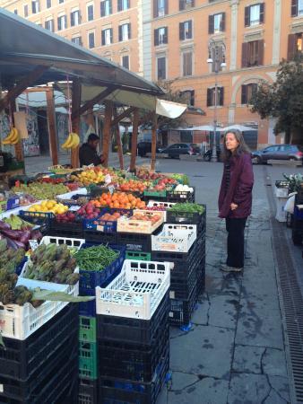 Roma Trasteverina B&B: Open market next to the B&B.