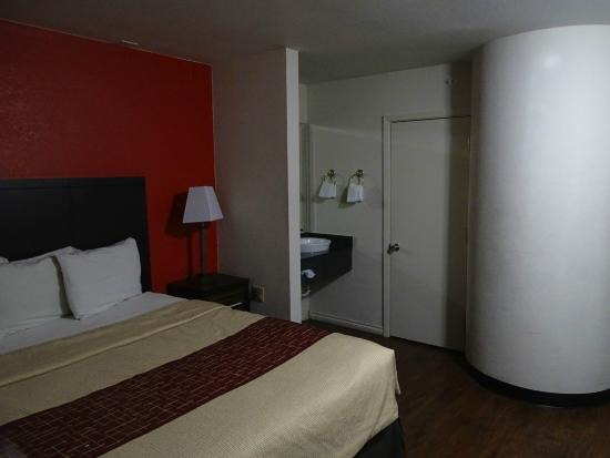 Red Roof Inn Austin - Round Rock: chambre avec vue coin toilettes