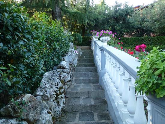 Hotel Villa Maria: Escalier menant du parking au jardin