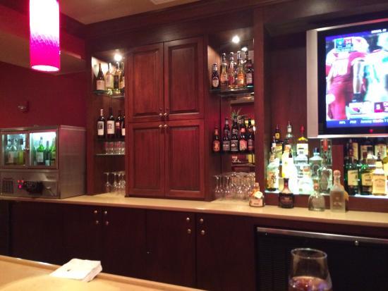 DoubleTree by Hilton Cincinnati Airport Hotel : Bar in restaurant