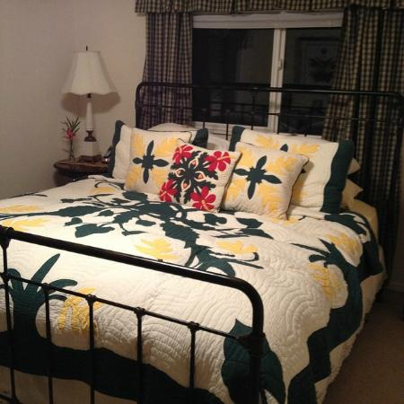Ohia Plantation House: Beautiful quilts on every bed.