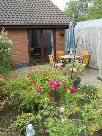 Jayes Holiday Cottages: Cottage Garden