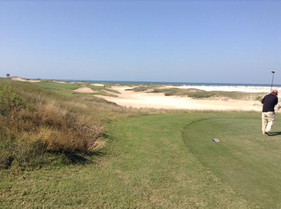 Saadiyat Beach Golf Club: バンカーを避けない方が楽です