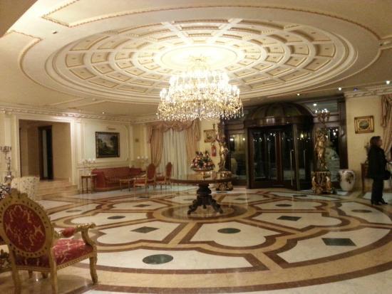 Grand Hotel Vanvitelli: холл основного здания, вход