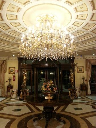 Grand Hotel Vanvitelli: люстра в холле первого здания