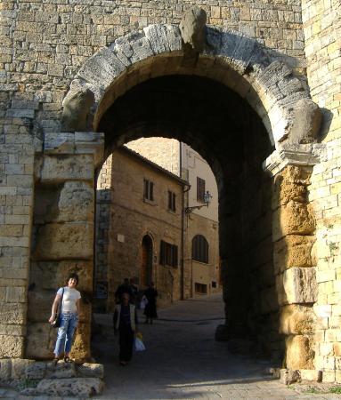 Porta ad arco etrusca picture of parco archeologico - Porta ad arco ...